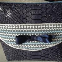 Trousse zippée en simili cuir  coloris bleu marine ..