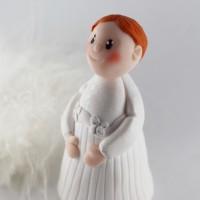 figurine petite fille rousse avec sa robe de baptême