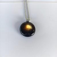 Pendentif verre fusionné - fond noir - soleil stylisé - graphique