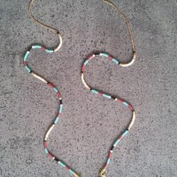 Collier métal doré perles miyuki et pendentif géométrique forme triangle