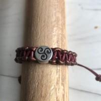 Bracelet cuir, bordeaux bronze, coulissant avec breloque Triskel, création artisanale