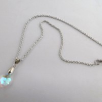 Ras de cou en acier inoxydable avec un pendentif goutte en cristal irisé, bijou femme.
