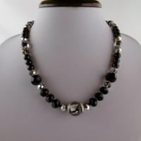 Collier ras de cou en noir et argenté, perles en verre, verre italien, fermoir en acier inoxydable.