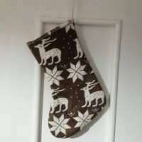 botte de Noël marron avec rennes et étoiles blanches