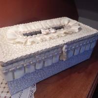 élégante boite à mouchoirs bois recouverte tissu galons et volants harmonie ivoire