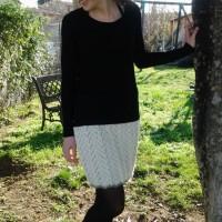 Jupe tricotée main en laine alpaga écrue,petit liseré taupe, point fantaisie
