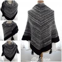 À châle tricoté main en laine,dégradé de noir,écru et de gris,bordure noire et pompons
