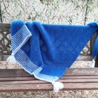 A châle tricoté main en laine mohair et soie, bleu intense et bleu pastel, pour s'envelloper de douceur