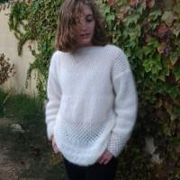 A pull femme écru manches longues, col bateau,tricoté main en laine mohair et soie