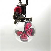 Collier sautoir pendentif globe en verre papillon et perle rouge par breloques et cie