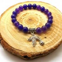Bracelet perles naturelles violettes et breloque feuille argentée