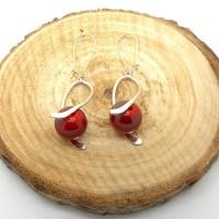 Boucles d'oreilles spirales argentées perles rouges métallisées